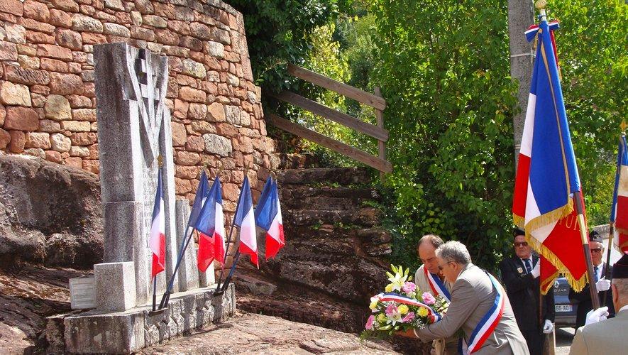 Dépôt de gerbe par les maires de Mouret et Villecomtal et un temps de recueillement.