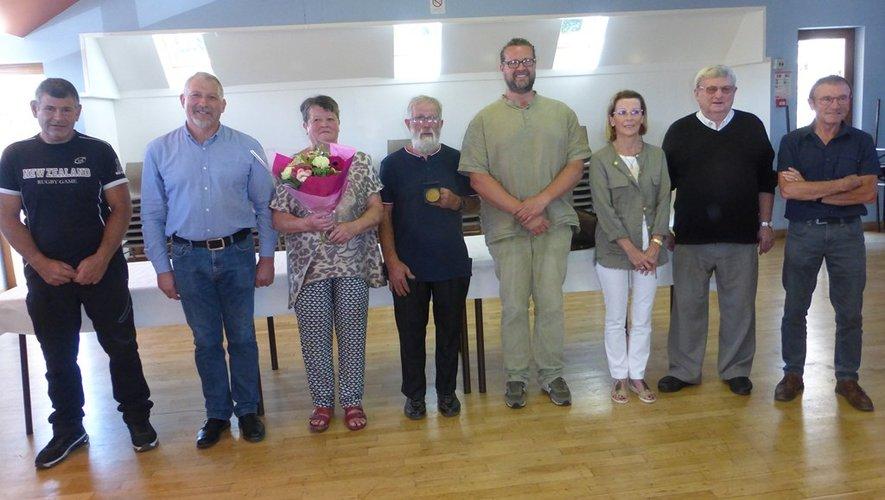 Louis Alric et son épouse (au centre) et les diverses personnalités.