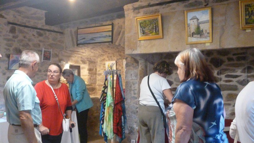Pascale Rodrigo, sous-préfète de l'arrondissement, en visite privée,  découvre l'exposition accompagnée par Christian Lacombe, maire de la commune.