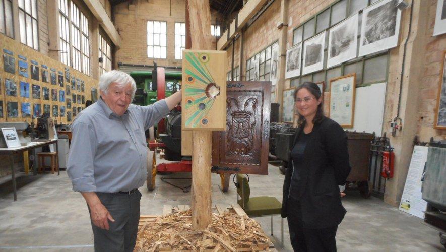 Michel Herranz avec l'artiste Sandra Lorenzi près d'une œuvre des « Corvivances », considérées comme des « boosters énergétiques ».