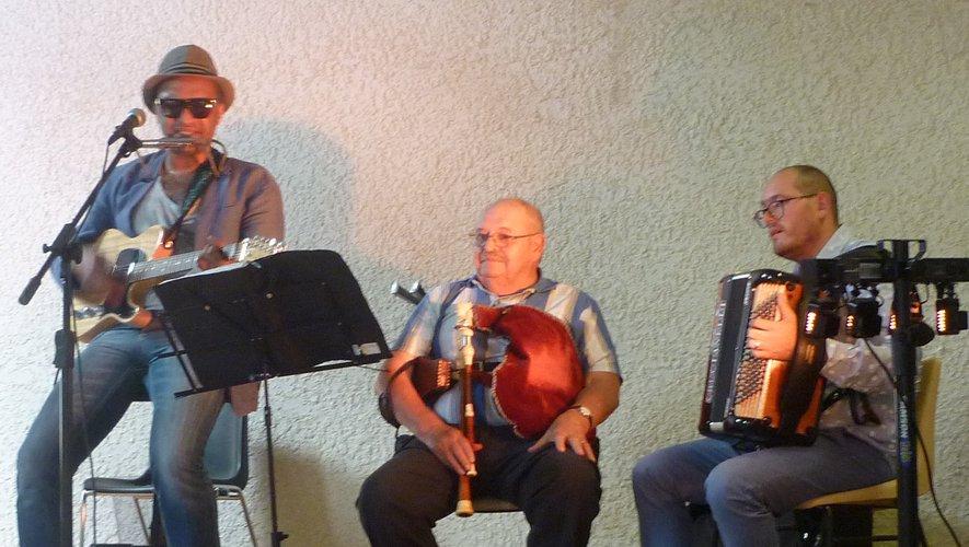 Olivier, accompagné un moment par Roger à la cabrette, et Bruno à l'accordéon.