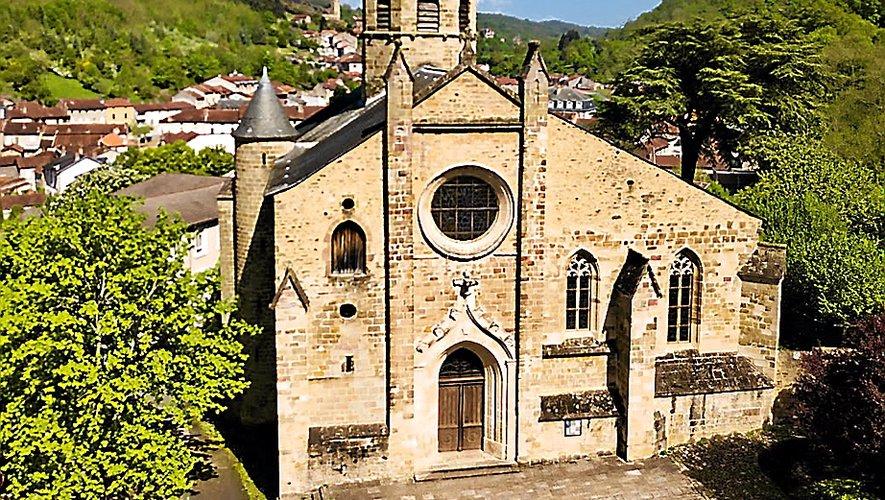Le clocher octogonal, les vitraux de Coulet et le christ en bois polychrome du XIIe siècle sont visibles en l'église Notre-Dame de l'Assomption d'Aubin.