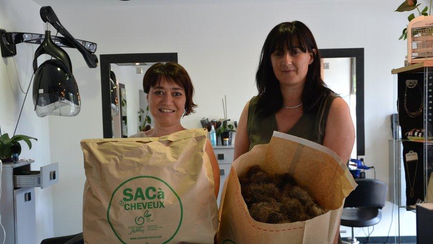 Sylvie Baldet (à droite)et ses coiffeuses,ici, Aurélie ,stockent les cheveux dans des sacs spécifiques.