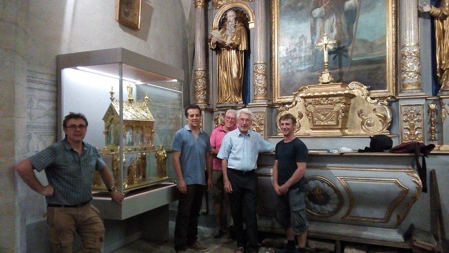 Installation de la châsse par Bernard Atger et son compagnon, rejoints par Laurent Fau, Jean Pradalier maire d'Estaing, et Yves Palobart.