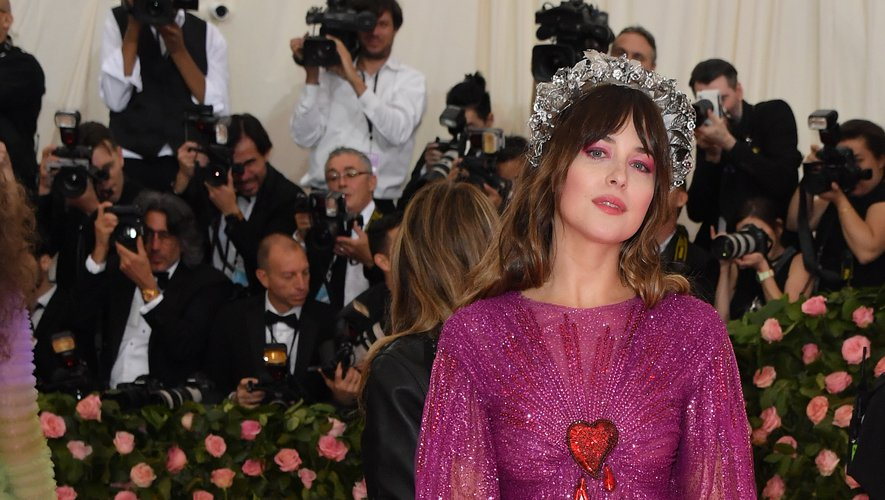 Le rose framboise glitter de Dakota Johnson au Met Gala 2019. New York, le 6 mai 2019.