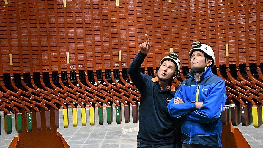 Denis Cambon (à gauche), responsable de la centrale, et Cédric Jammet, responsable de l'équipe d'intervention mécaniquede Mur-de-Barrez, dans le stator entièrement rénové.