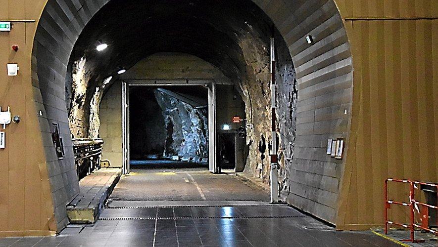 Les visiteurs accèdent au coeur de la centrale, au bout d'un long tunnel emprunté à bord d'un monospace électrique.