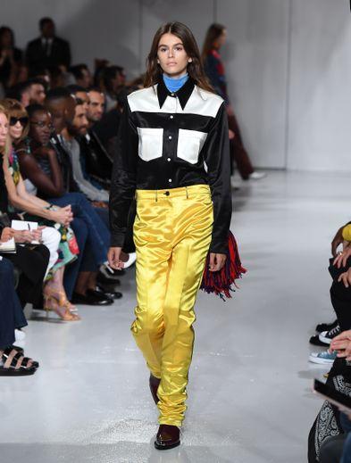 Le 7 septembre 2017, Calvin Klein permet à Kaia Gerber de faire ses premiers pas sur les podiums, à New York. Le premier show d'une carrière plus que prometteuse.