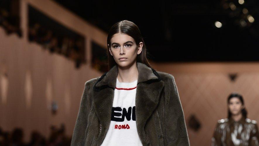 Fendi fait partie des maisons avec lesquelles Kaia Gerber collaborent régulièrement en période de Fashion Week, comme ici à Milan (22 février 2018).