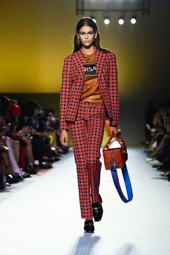 Kaia Gerber est une proche de la maison Versace. Non seulement elle défile souvent pour la marque, mais elle prête également son image à certaines de ses collections, ici à Milan (21 septembre 2018).