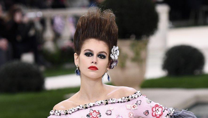 Depuis ses débuts en 2017, Kaia Gerber a tapé dans l'oeil de Karl Lagerfeld, décédé en février dernier. Il la fera défiler régulièrement pour les maisons Chanel (ici haute couture, à Paris le 22 janvier 2019) et Fendi.
