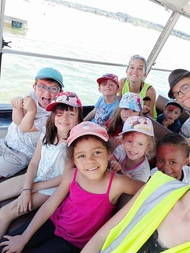 Les enfants lors de leur balade en bâteau sur le lac de Pareloup.