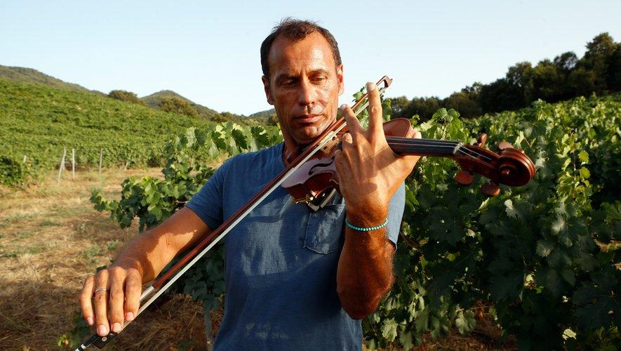 Bertrand Cervera joue du violon à Casalabriva, en Corse.