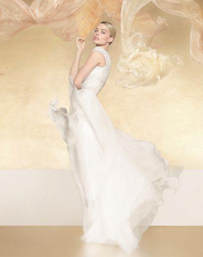 """Margot Robbie prête ses traits au parfum """"Gabrielle Chanel Essence"""" de la maison Chanel."""