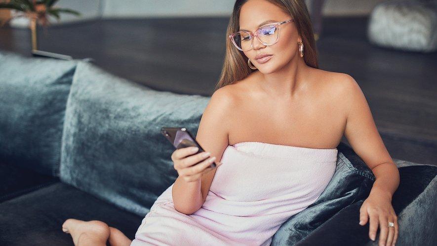Chrissy Teigen a co-créé une collection de lunettes anti-lumière bleue avec la marque Quay Australia.