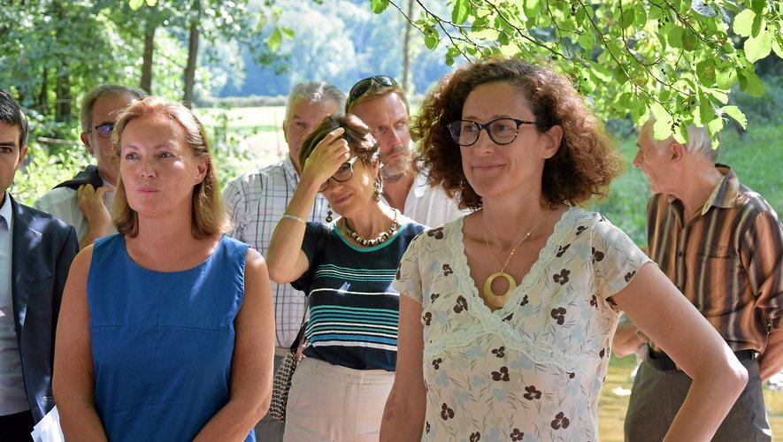 Emmanuelle Wargon (à droite) était en visite, lundi 26 août sur les bords du Lézert.