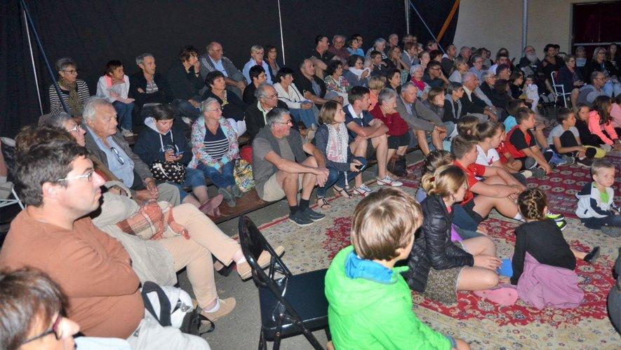 C'est un très nombreux public qui a assisté à la pièce de théâtre en plein air offerte par la mairie, cette année à Souyri, en soirée et en plein air.