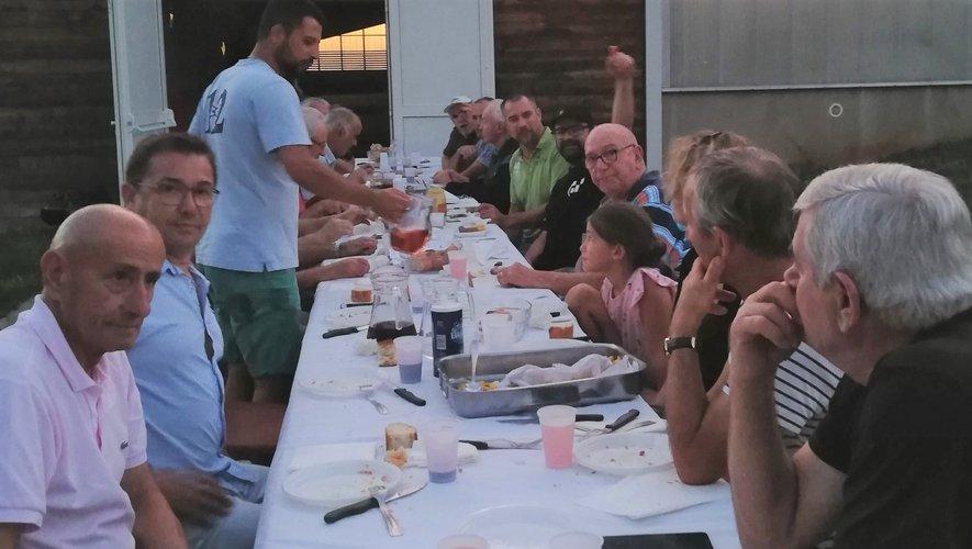 Une belle soirée saucisse – frites organisée par le club en toute convivialité.