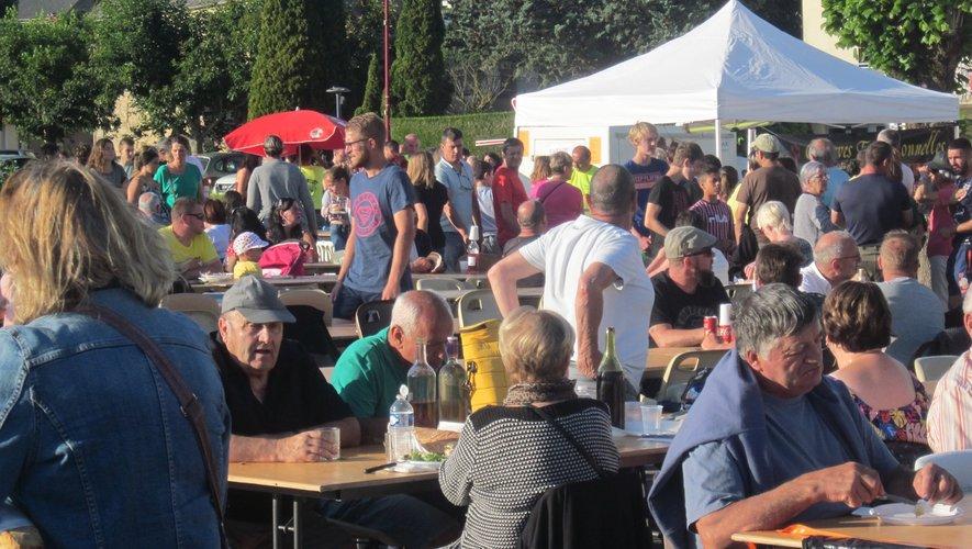 La foule cherche où se poser à l'heure de passer à table… Ultime aveu, on se reverra !