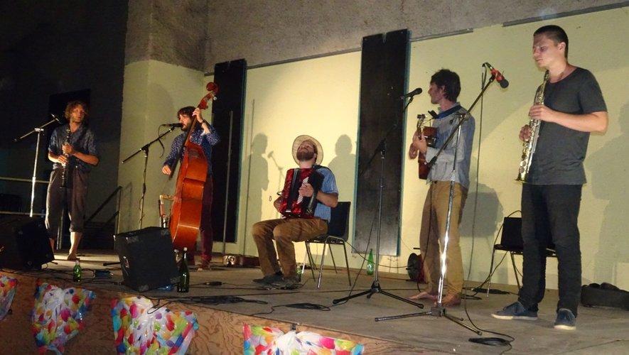 Cinq copains qui s'amusent sur scène et font vibrer le public.