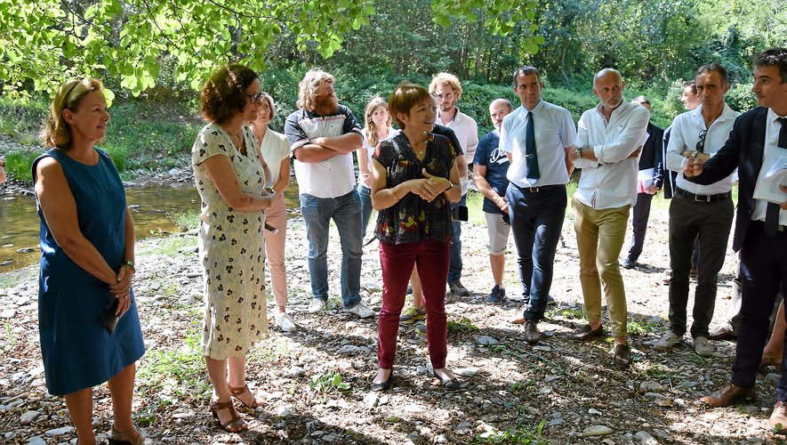 Emmanuelle Wargon (à gauche) a entamé sa visite en Aveyron sur les bords du Lézert.