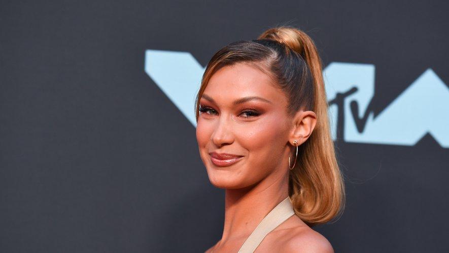 Le mannequin Bella Hadid a mis en valeur sa nouvelle teinte capillaire blond caramel en lui associant un maquillage cuivré dans des tons naturels.