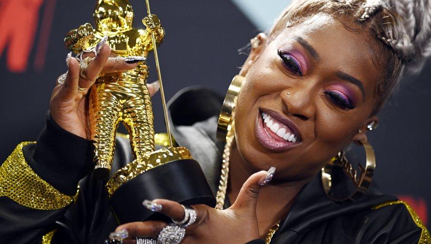 La rappeuse américaine Missy Elliott a adopté un look cosmétique rose et violet sur les paupières et simplement rose sur les lèvres. Sa coiffure tressée très élaborée lui ajoutait quelques centimètres.
