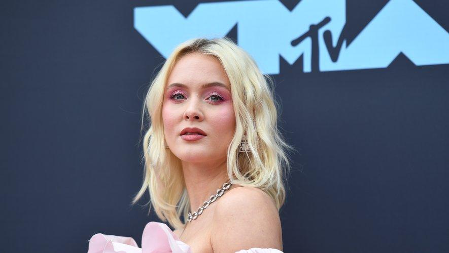 La chanteuse suédoise Zara Larsson affichait un maquillage assorti à sa robe rose bonbon et a opté pour une coiffure ondulée assez naturelle.