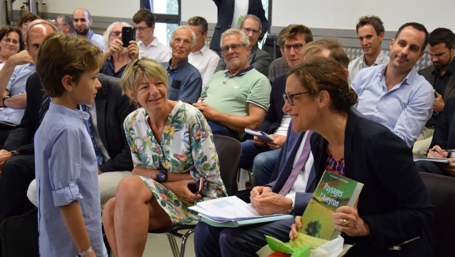 Un enfant de la commune a offert un livre sur les paysages de l'Aveyron à la secrétaire d'Etat.