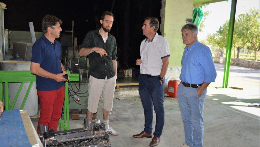 Le conseiller régional à l'écoute de la direction de La Fabriculture.