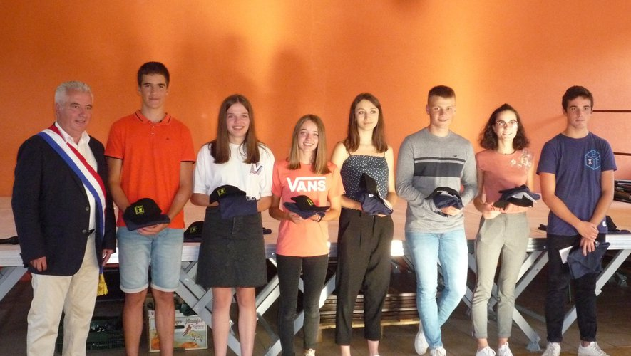 Les jeunes diplômés aux côtés du maire de la commune.