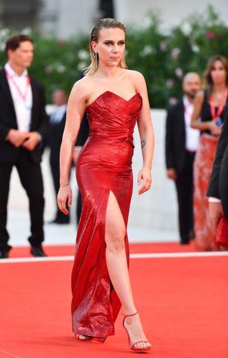 L'actrice américaine Scarlett Johansson a fait le show à Venise, s'illustrant dans une robe bustier rouge entièrement ornée de sequins et fendue. Une création signée Celine. Venise, le 29 août 2019.