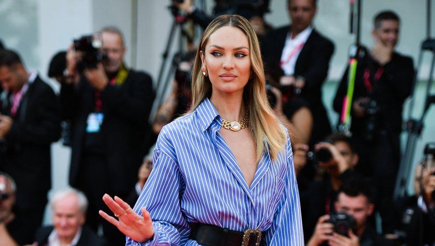 Après avoir opté pour une robe couleur or pour la cérémonie d'ouverture, Candice Swanepoel mise sur une féminité plus décontractée dans cette chemise à rayures accessoirisée avec une large ceinture, signées Etro. Venise, le 29 août 2019.