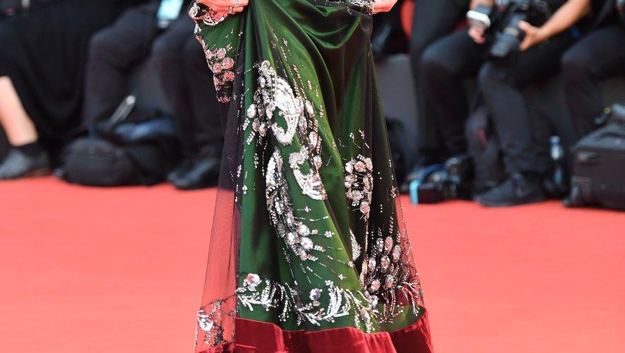 Laura Dern a fait une arrivée remarquée dans une spectaculaire robe vert forêt Gucci, sublimée par des bijoux formant de nombreux motifs. Venise, le 29 août 2019.