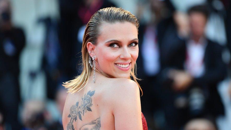"""L'Américaine Scarlett Johansson a maîtrisé la tendance coiffure """"effet mouillé"""", en combinant son carré long et blond à une raie sur le côté pour mettre en valeur son visage. Un regard charbonneux ajoutait une bonne dose de glamour."""