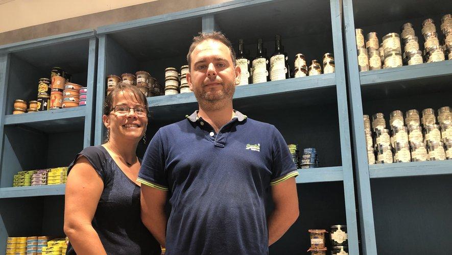 Laure et Pierre Lacassagne devant le rayon épicerie fine de leur poissonnerie.