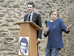 En 2012, Jonathan Kugel,le petit-fils de Fernand Pouillon, avec lequel la ressemblanceest frappante, a découvertle château de Belcastel,aux côtés de Véra Pouillon,la veuve de l'architectedepuis disparu.