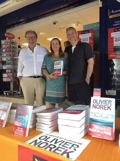 L'éditeur Michel Lafon et Olivier Norek encadrent Véronique Audinet, responsable de la Maison de la presse du Cap Ferret.