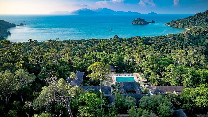 Niché au cœur de l'une des plus belles forêts tropicales d'Asie, le Datai Langkawi, hôtel 5 étoiles de luxe, fait face à la mer d'Andaman.