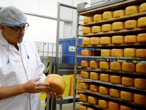 Philippe Arcelin, directeur de la société fromagère et laitière de Rodez (groupe Lactalis), se dit « fier » de son produit, le Rodez.