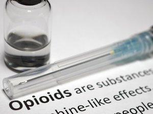 L'antidote à base de naloxone pour stopper en urgence une surdose d'opioïdes médicamenteux ou illicites comme l'héroïne est encore très loin d'être facilement accessible à tous.