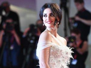 L'actrice espagnole Penelope Cruz a fait sensation sur le tapis rouge le 1er septembre avec un chignon classique aux mèches ondulées et une bouche bien rouge.