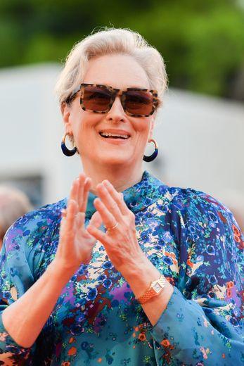 """L'actrice américaine Meryl Streep a choisi la simplicité pour la projection du film """"The Laundromat"""". Elle a assorti son chignon d'une bouche corail et d'une paire de solaires à écailles."""