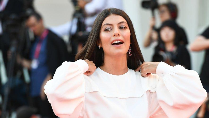 """Fard métallique et cils araignées pour l'actrice italienne Alessandra Mastronardi lors de la projection du film """"The Laundromat""""."""