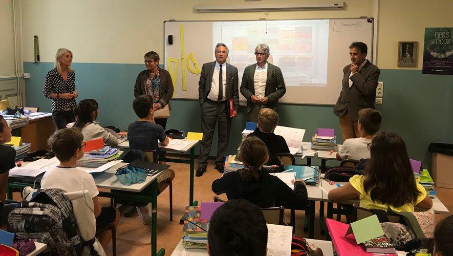 Le président Galliard dans une salle de classe du collège Saint-Joseph de Rodez aux côtés notamment du directeur Pierre-Marie Puech, de Magali Bessaou et du directeur de l'enseignement catholique Claude Bauquis.