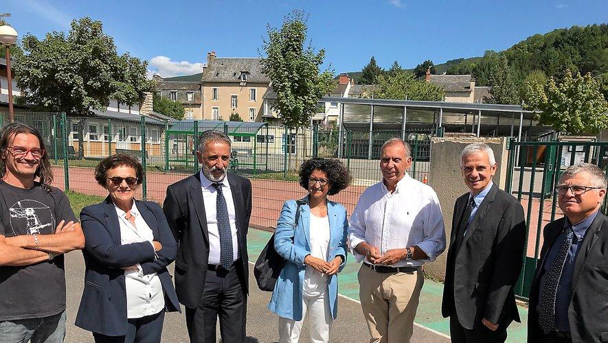Armelle Fellahi (au centre) hier après-midi à Saint-Geniez aux côtés des membres de la direction de l'école et du collège, du sénateur Luche et du maire Marc Bories.