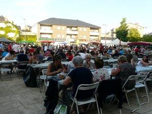 Sur la belle place des Artistes, le marché gourmand au clair de lune a attiré la foule !