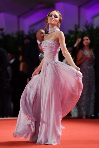 Lily-Rose Depp était resplendissante lors de son arrivée sur le tapis rouge du Lido, arborant une longue robe bustier rose pâle, tout en fluidité, signée de la maison Chanel. Venise, le 2 septembre 2019.