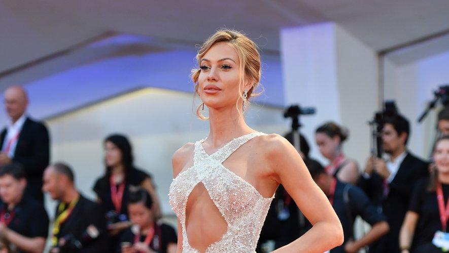 L'influenceuse Taylor Mega a fait grimper la température d'un cran au Lido dans cette robe aux découpes sensuelles, subtilement transparente, signée João Rôlo Couture. Venise, le 2 septembre 2019.