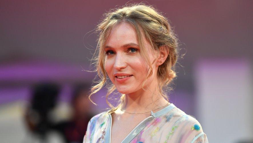 """La Française Jessica Cressy a choisi un chignon coiffé-décoiffé et un make-up naturel pour assister à la projection de """"Martin Eden""""."""